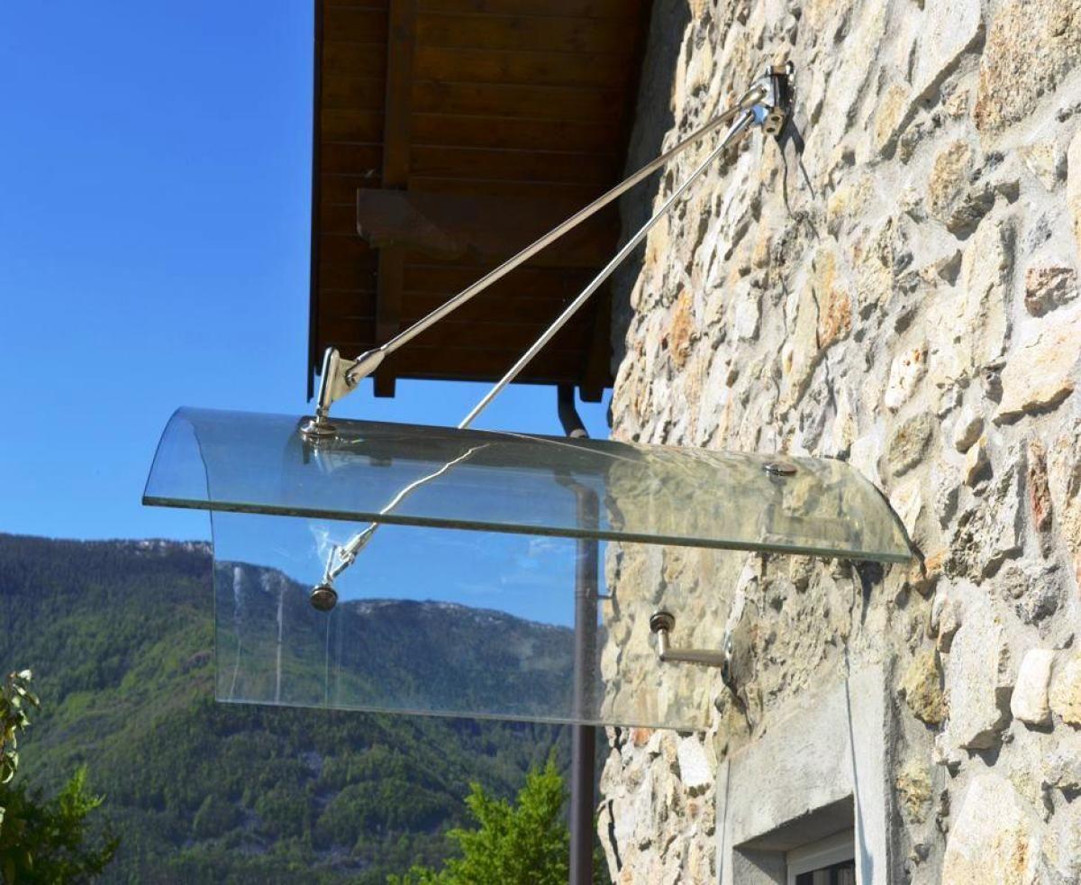 Pensilina con vetro curvo e in legno