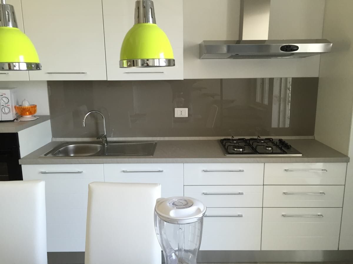 Kitchen cladding in tempered lacquered glass